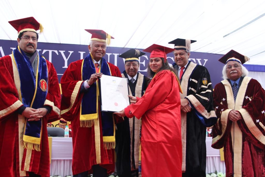 Graduates receiving degree from Padma Vibhushan Dr RA Mashelkar and Aditya Birla Group Chairman Shri Kumar Mangalam Birla