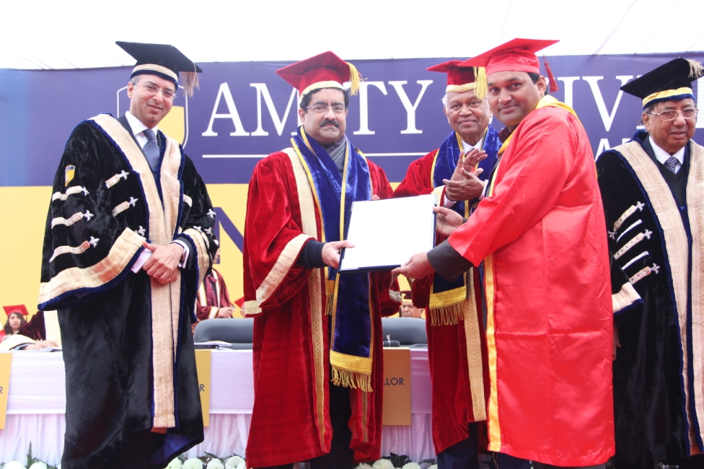 Graduates receiving degree from Chancellor AUUP, Dr Atul K Chuahan  and Aditya Birla Group Chairman Shri Kumar Mangalam Birla
