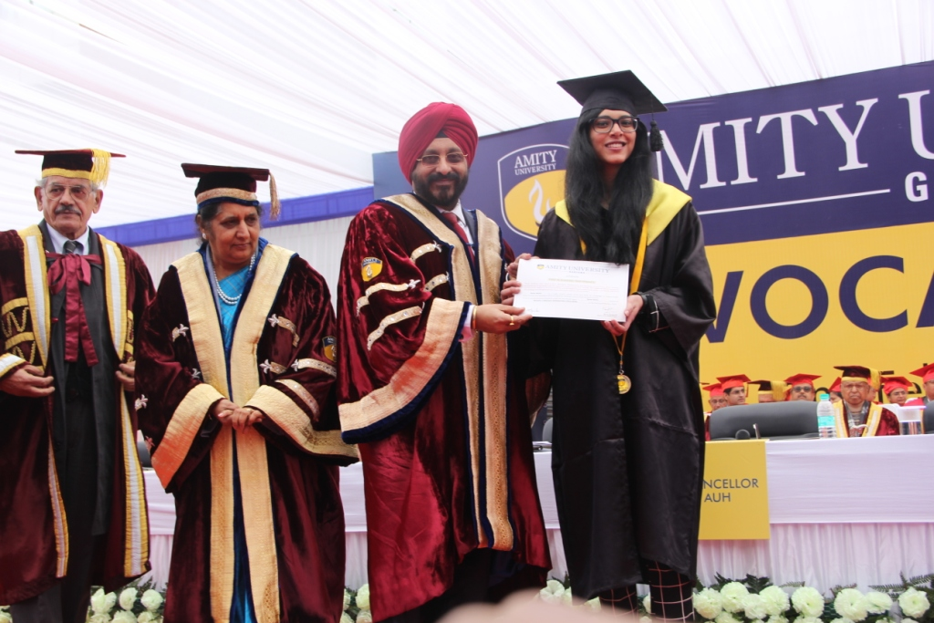 Graduates receiving degree from Group Vice Chancellor, Amity Universities, Prof. (Dr.) Gurinder Singh
