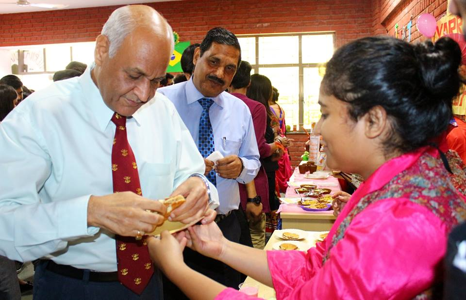 Hon'ble Vice Chancellor, AUMP Lt Gen V K Sharma, AVSM (Retd.) interacting with the students at world tourism day