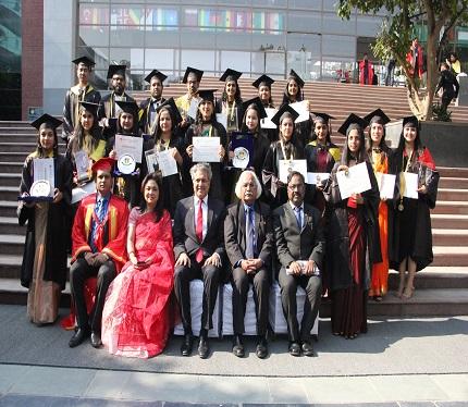 Graduands with Amity Dignitaries
