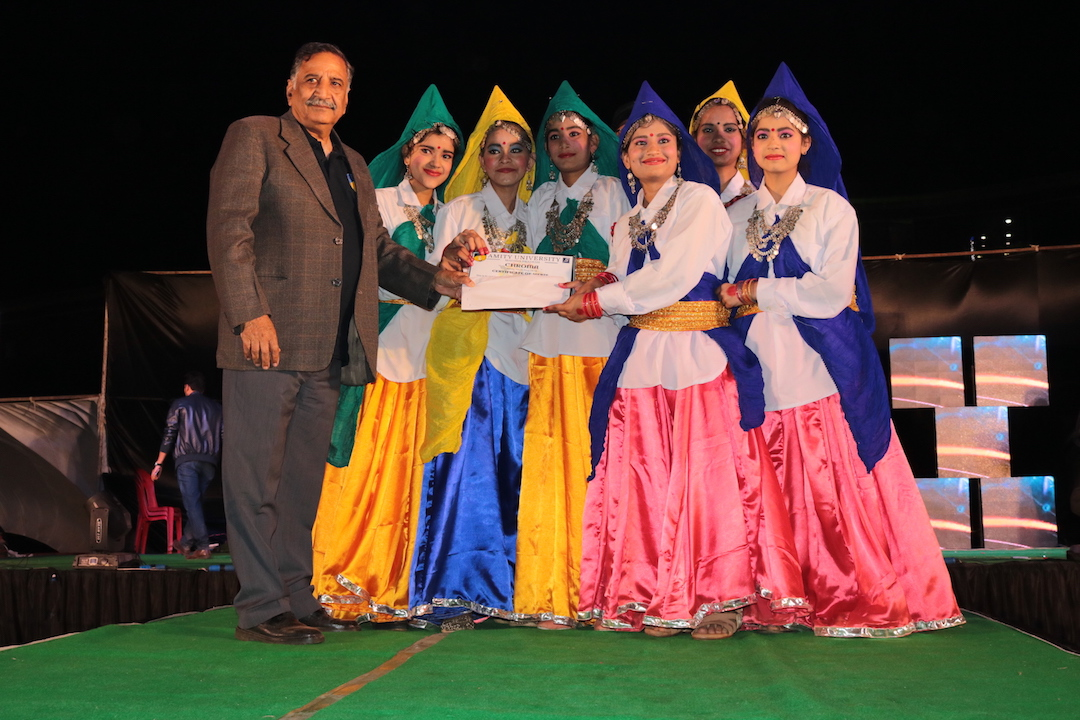 Col. S K Sethi, Director Administration, AUMP giving away the certificate to the winning team of group dance competition
