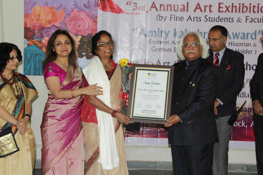 Artists getting felicitated by VC and Pro-VC