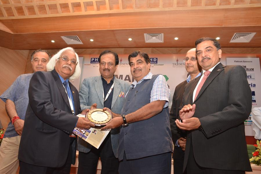 Prof P B Sharma receiving Award for Best Pvt University in Engineering by Mr. Nitin Gadkari