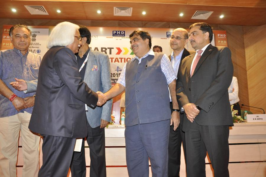 Mr Nitin Gadkari congratulating Prof P B Sharma on receiving the Best Pvt University in Engg Award